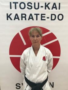 Karina Melander, 1. dan Itosu-Kai. Började träna karate i Itosu-Kai 2009. Hjälpinstruktör i Danderyds Karateklubb.