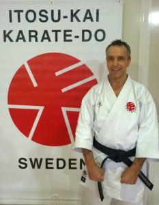 Robert Karlsson Di Francesco, 1.dan Itosu-Kai. Började träna Itosukai 2009. Instruktör samt styrelseledamot i Danderyds Karateklubb. Bor i Danderyd med fru och 3 barn. Civilekonom och jobbar på Apple.